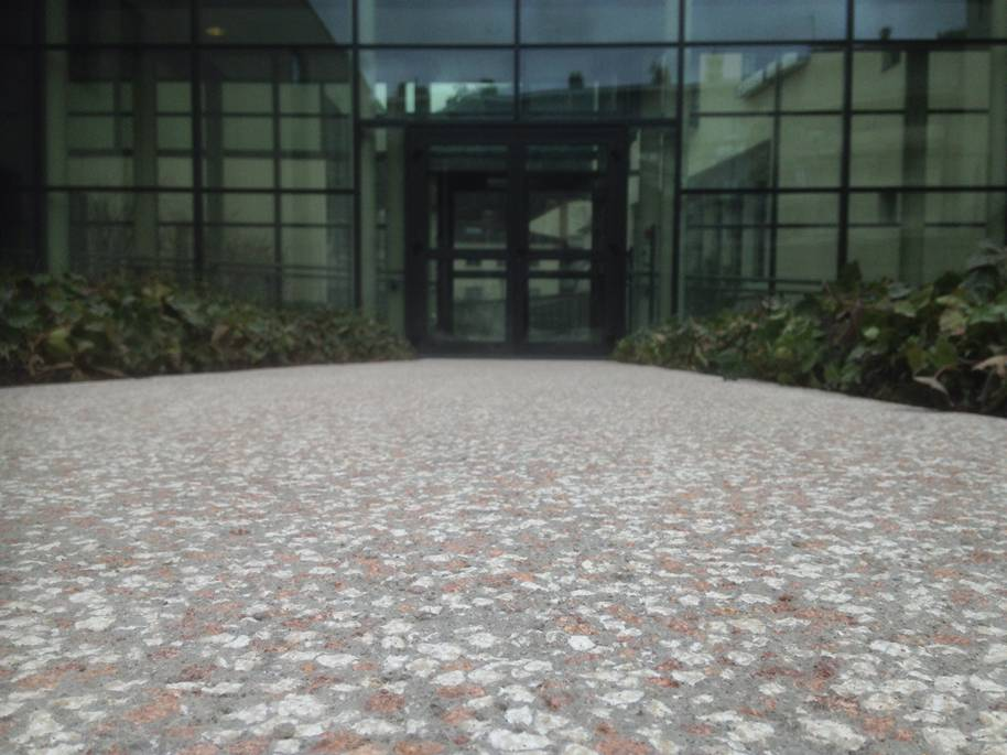Béton bouchardé pour l'entrée d'un  immeuble de bureaux